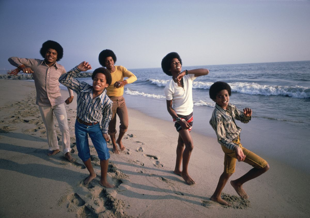 Jacksons_on_beach credit Lawrence Schiller