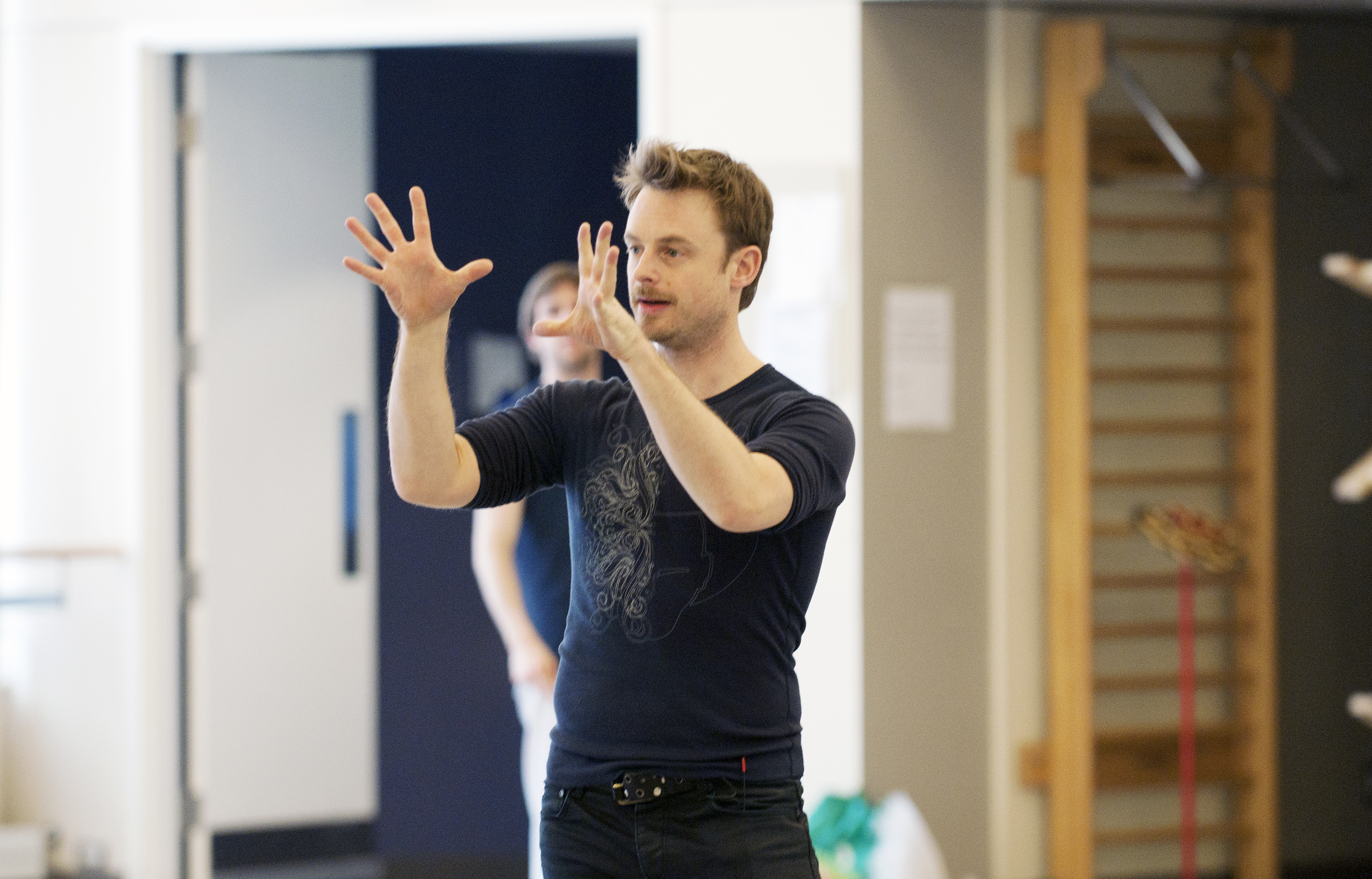 Michael Jackson Musical à Broadway pour 2020 Christopher-Wheeldon-and-Artists-of-the-Ballet-in-rehearsal-for-Alice%E2%80%99s-Adventures-in-Wonderland-vv-Photograph-Sian-Richards