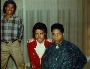 Témoignages de gens qui ont côtoyé ou rencontré Michael. Artistes, des gens qui ont travaillé avec lui, ou pour lui, des amis, de gens de sa famille etc... - Page 21 Phoenix-4-300x230