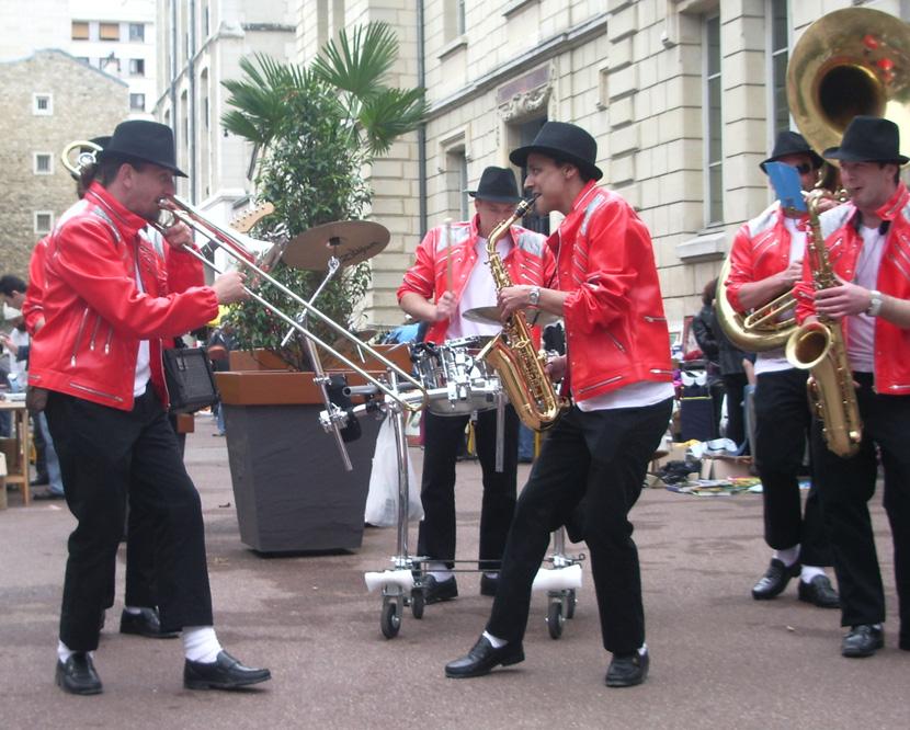 deambulation-la-jackson-fanfare-musique-rue-brass-band-zizanie-2jpg.jpg