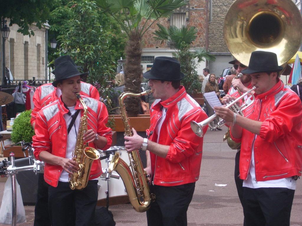 deambulation-la-jackson-fanfare-musique-rue-brass-band-zizanie-3-1024x768.jpg
