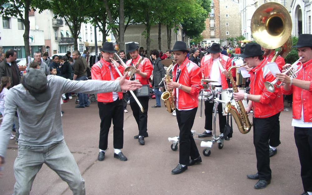 deambulation-la-jackson-fanfare-musique-rue-brass-band-zizanie-5jpg.jpg