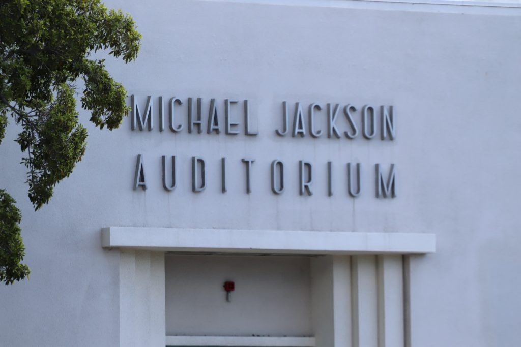 Les parents votent pour le retrait du nom de Michael Jackson de l'auditorium de l'école L.A. Auditorium01-1024x683