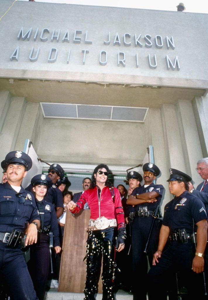 Les parents votent pour le retrait du nom de Michael Jackson de l'auditorium de l'école L.A. Auditorium02-711x1024