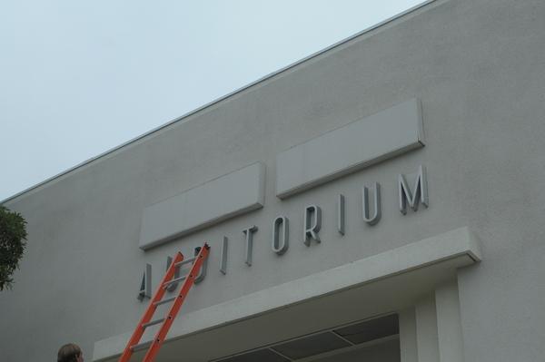 Les parents votent pour le retrait du nom de Michael Jackson de l'auditorium de l'école L.A. MJ-Auditorium1-10.15.2010